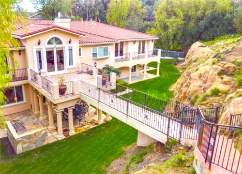 Custom Built Home backyard view in Los Angeles by HT Constructions